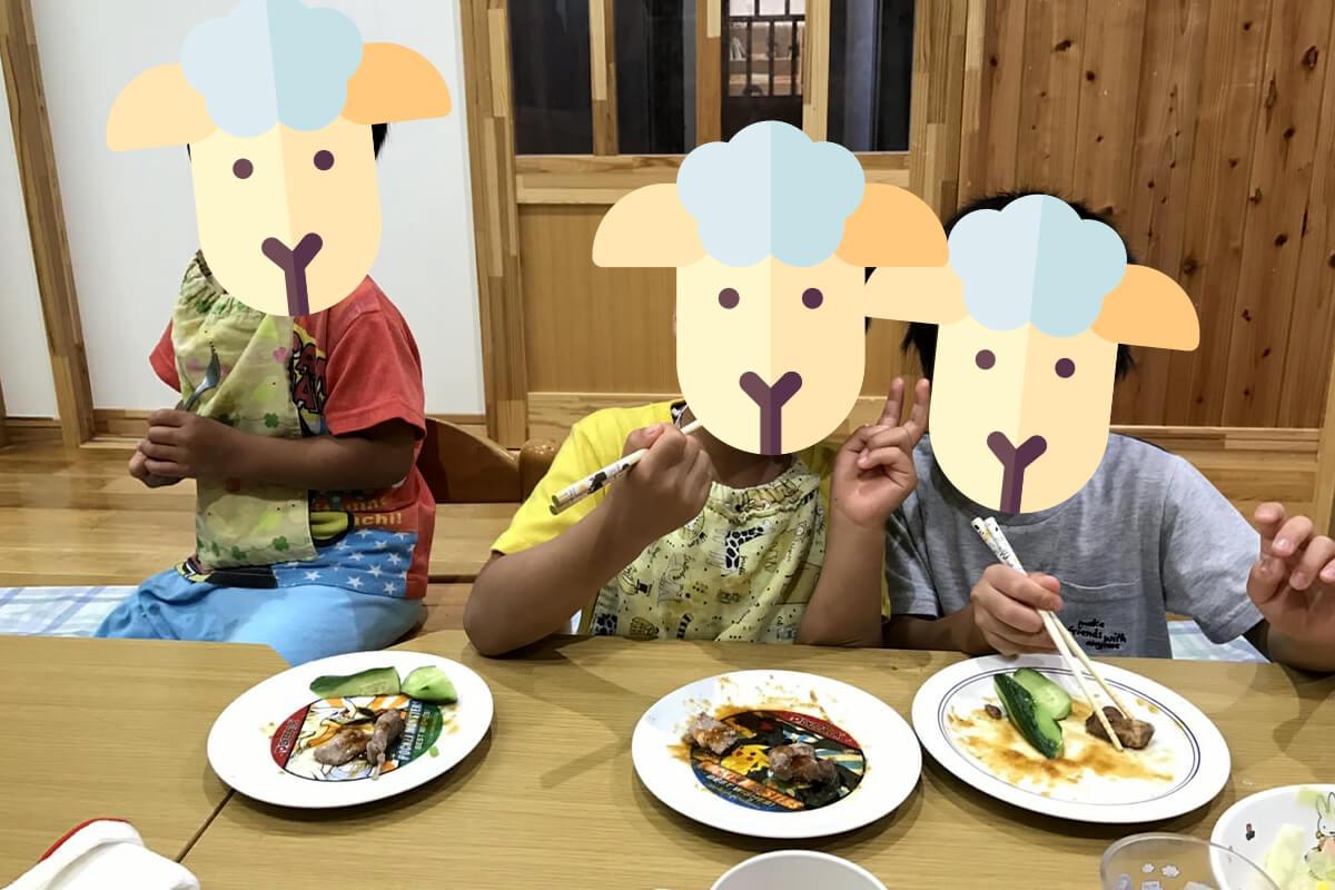 お肉を食べる子供達