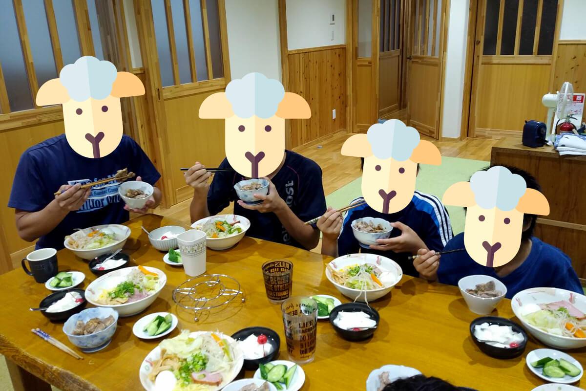食事をする子供達
