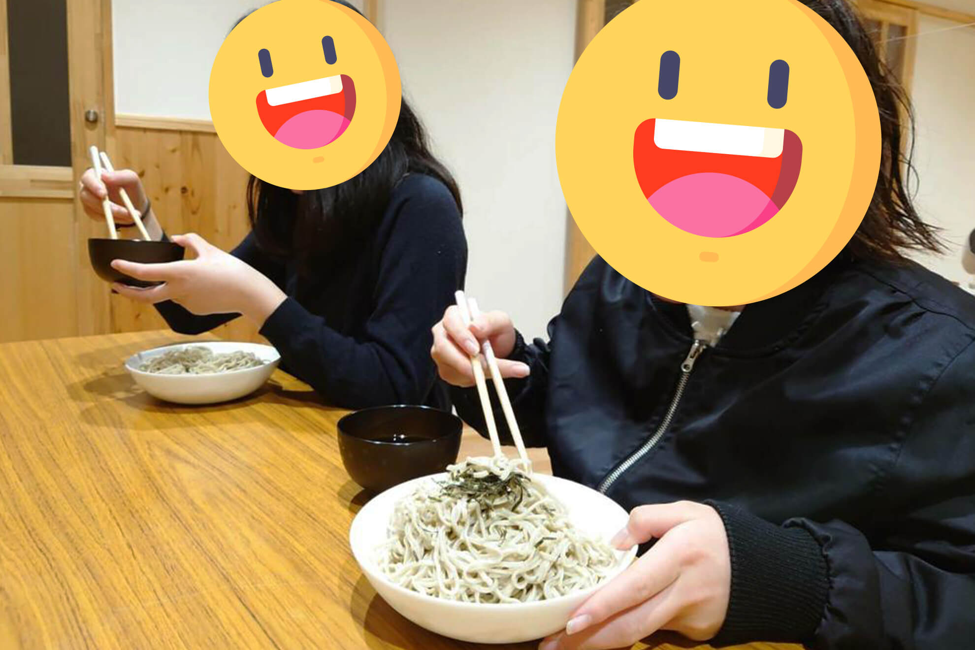 蕎麦を食べる子供たち