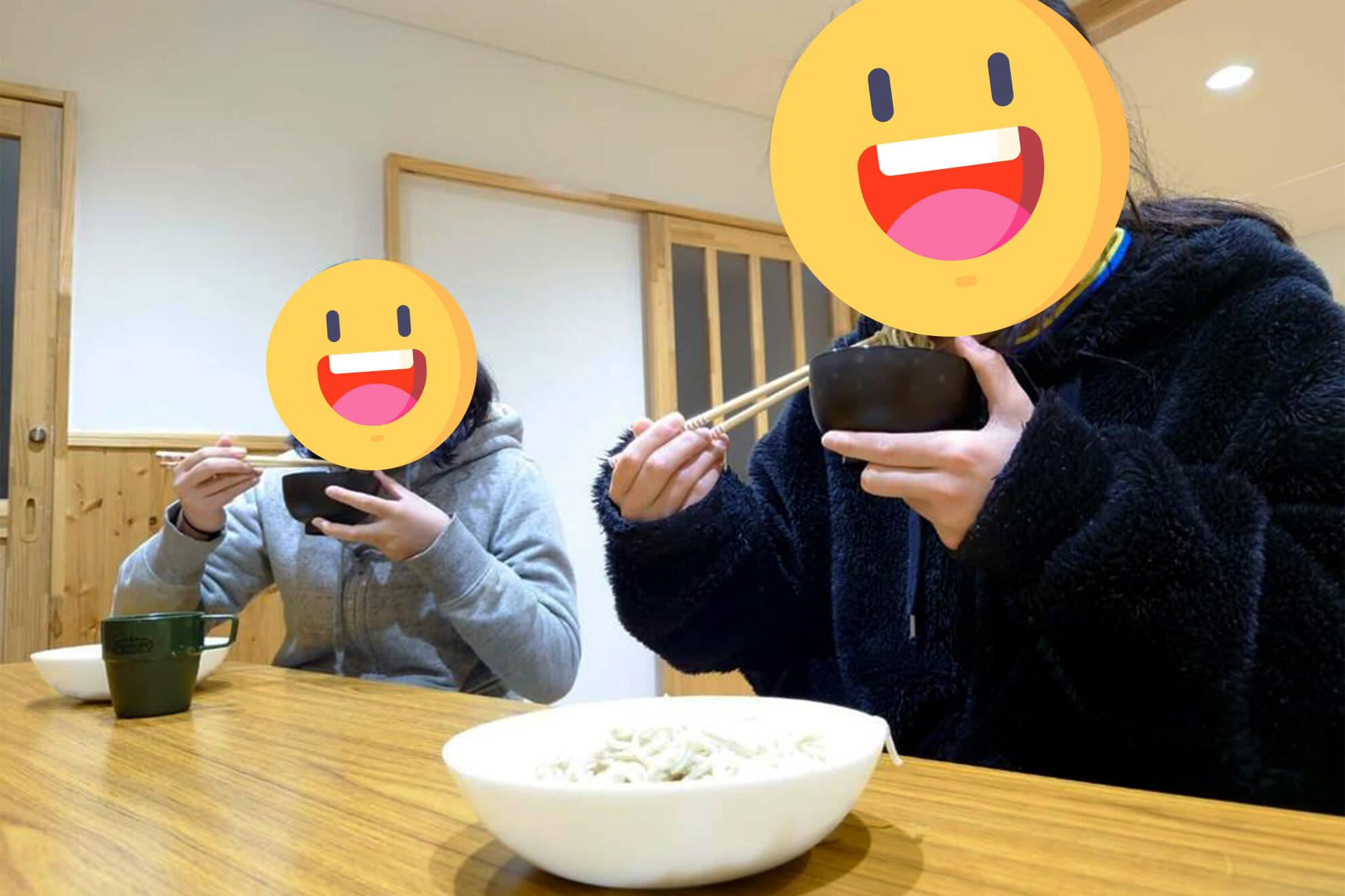 手打ち蕎麦を食べる子供たち