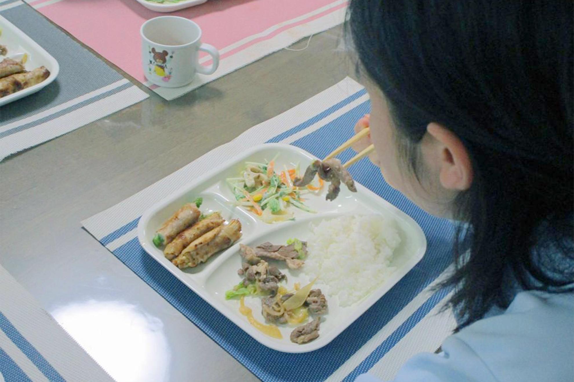 ラム肉を食べる子供